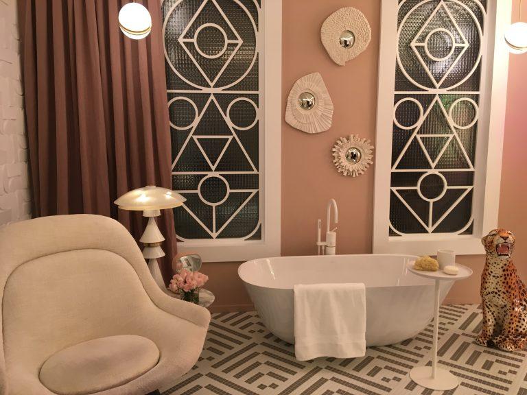 El color actúa como elemento vertebrador en la decoración.