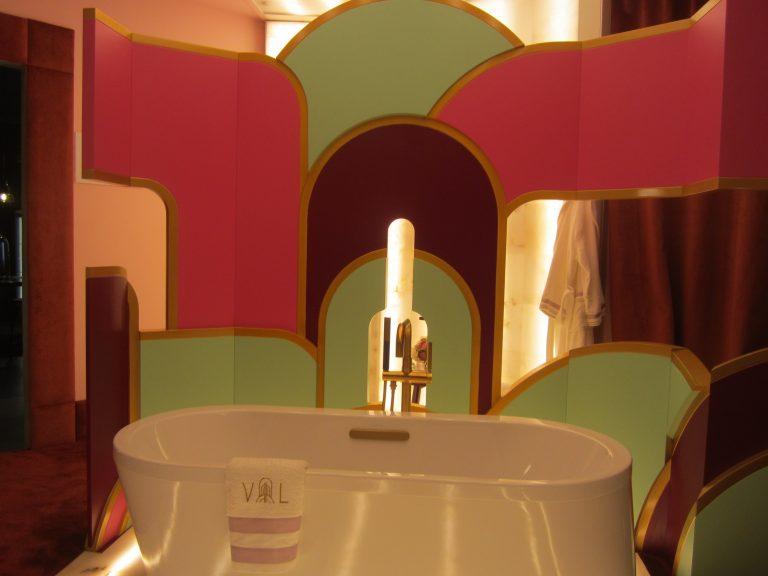 Viteri Lapeña retoma el aire de los años 60 para este baño