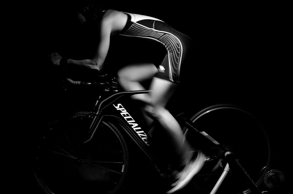 Beneficios del spinning, hombre en bicicleta