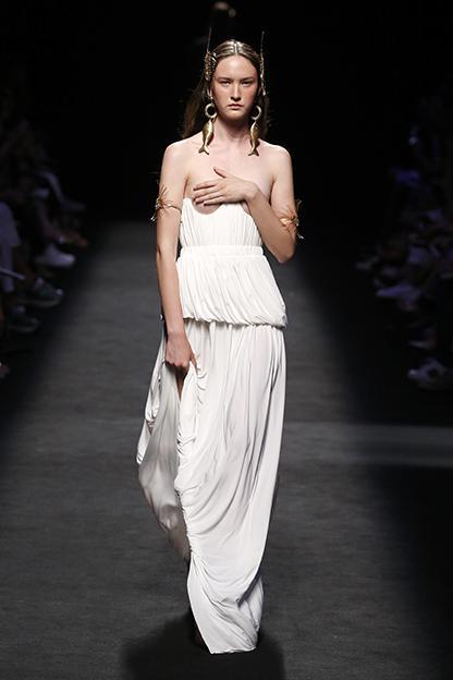 Polina Zavialnova, Venus de Juan Vidal. Fotografía de MBFW.