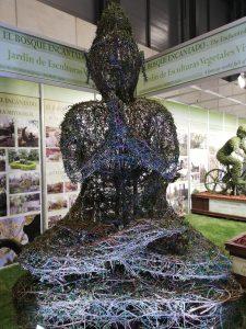 Arte topiario: escultura de buda hecha con arbustos en Fitur