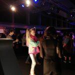 Procesión de jóvenes y moda