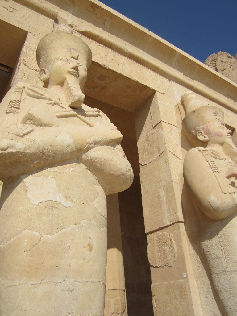 Escultura de un faraón en el Templo de Hatsepshut