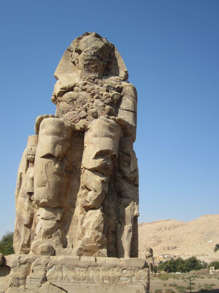 Ramsés II quiso que estuvieran representadas las estatuas de su esposa, su madre y su hija.