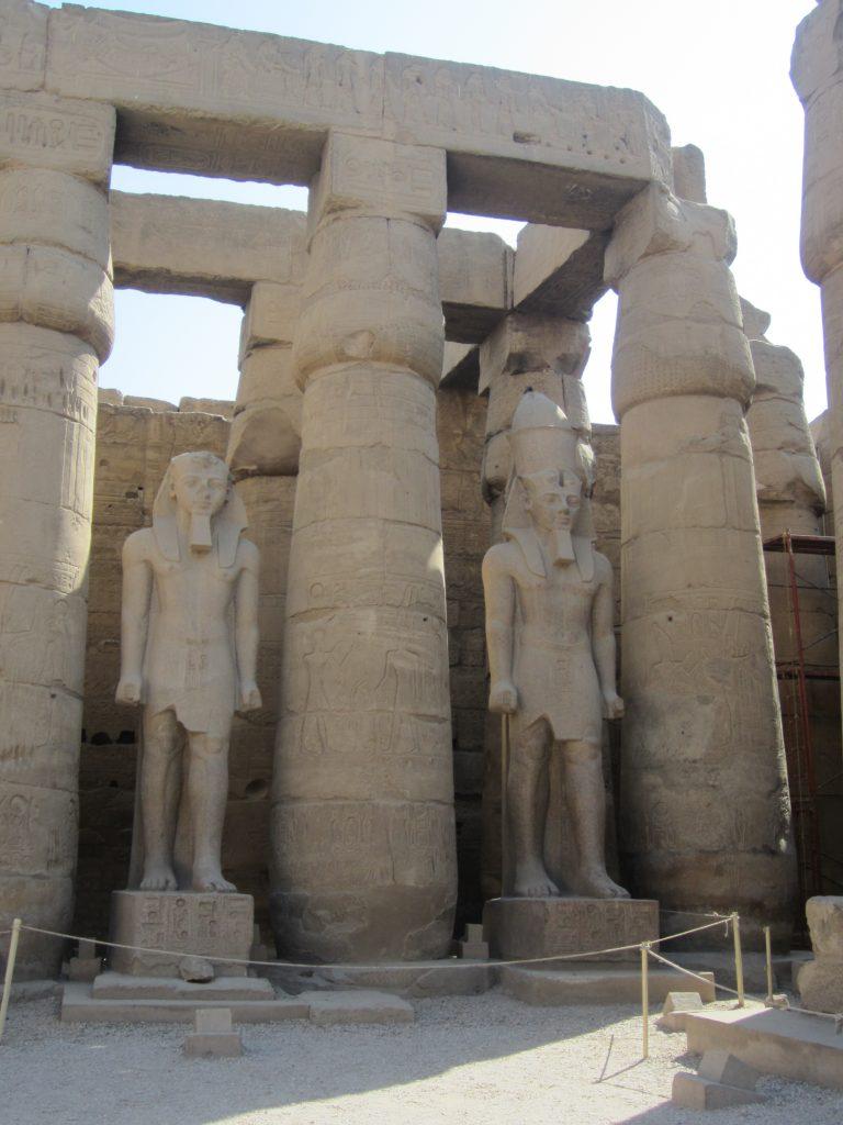 Estatuas de faraones en el templo luxor de egipto