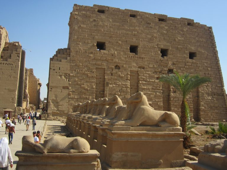 Avenida de esfinges que une los templos de Kárnak y Luxor