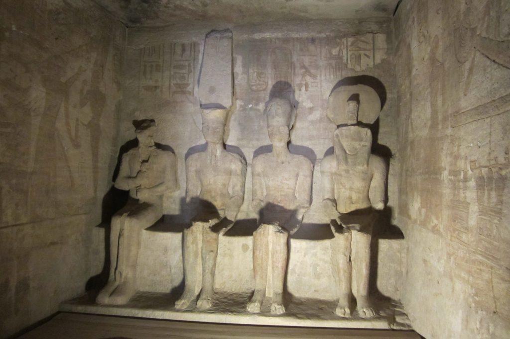 Estatuas de Ptah, Amón, Ramsés II y Ra-Horakhti.