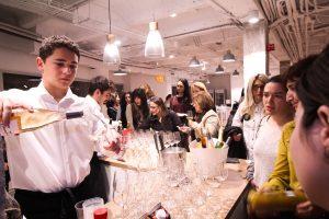 El evento finalizó con unos aperitivos y copas de vino