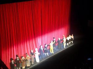 Saludo final sobre el escenario de la ópera