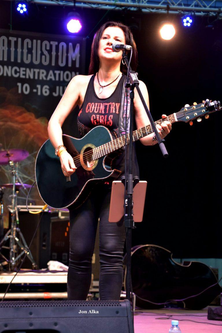 En el escenario, fotografía de Jon Alka