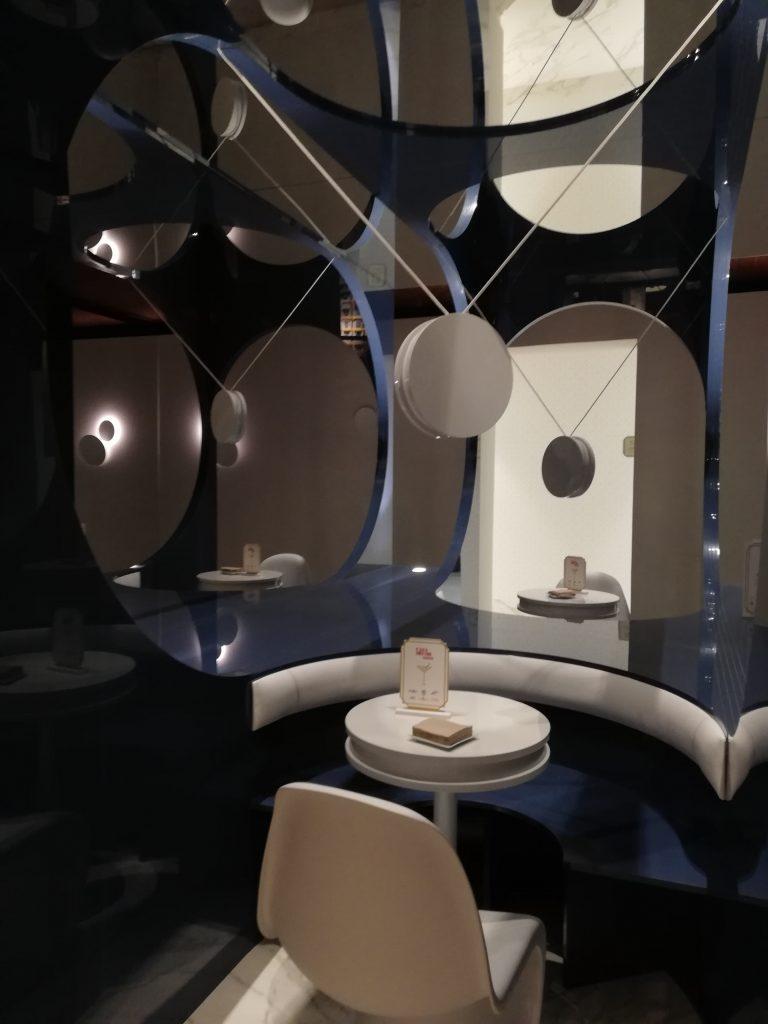 Sala Alvic Blue Moon Lounge bar, azul y blanco en Casadecor 2020