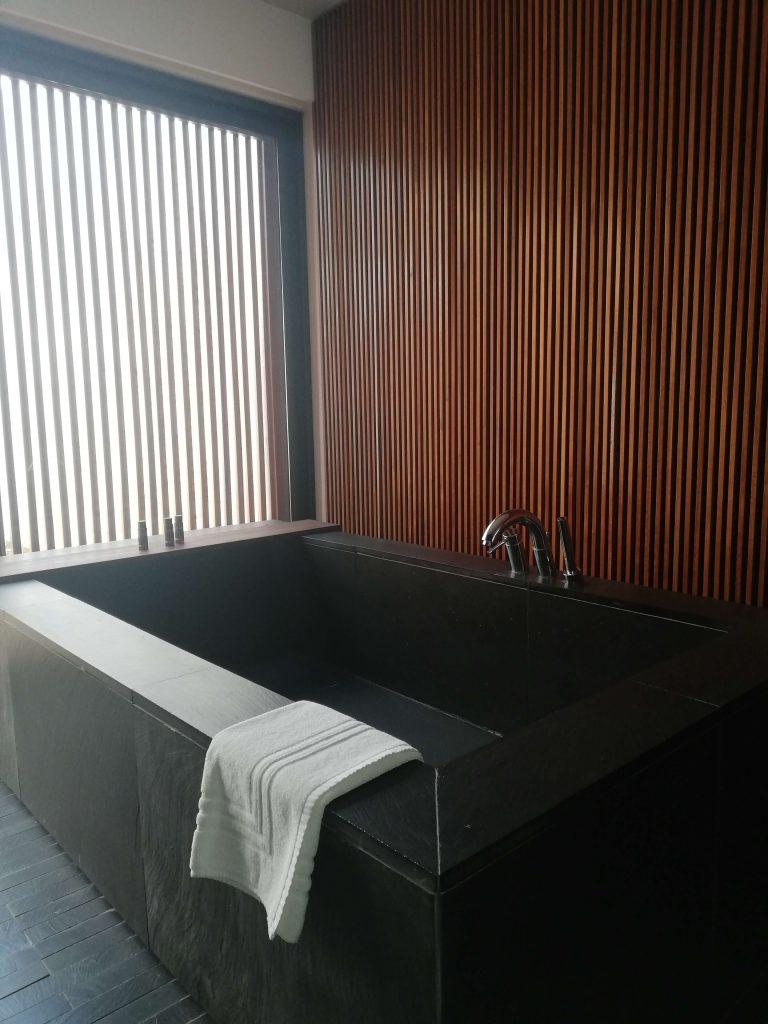 Bañera en el baño zen