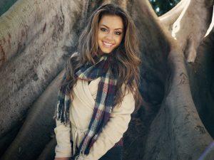 Chica con bufanda y jersey
