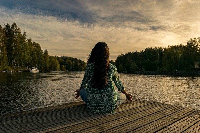 Chica meditando frente a la naturaleza