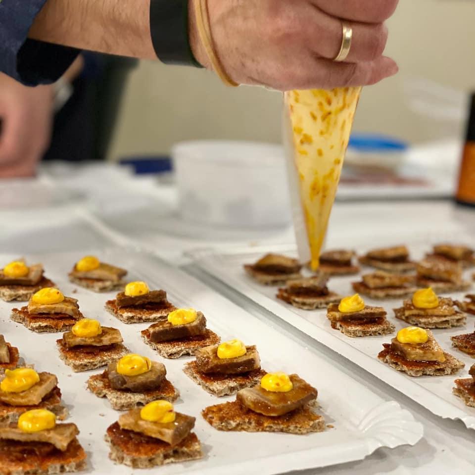 Elaborando canapés en el Food Bikes Festival