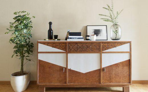 Mueble restaurado y decorado con plantas y objetos