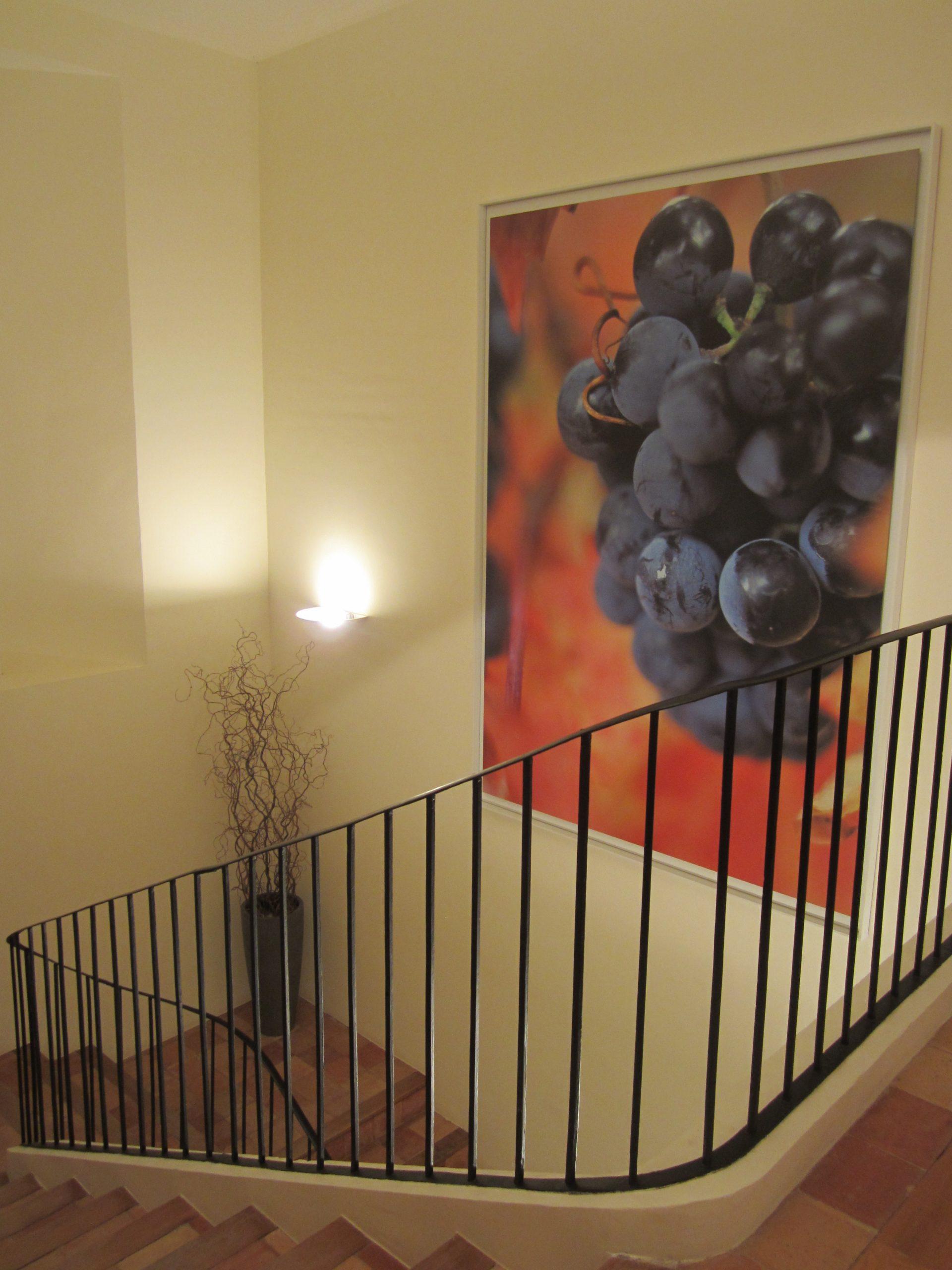 Escalera hotel con cuadro de uvas