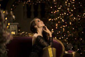 Mujer elegante en Navidad