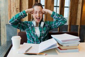 Estudiante gritando